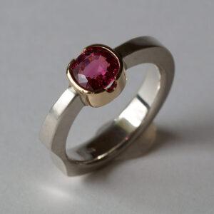 925 Silberring mit einem pinkfarbenen Spinell in einer 750 Goldfassung